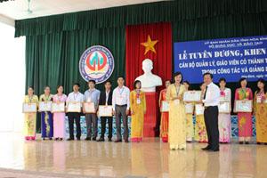 Cô giáo Lê Thị Yến (trường THCS Lạc Lương - Yên Thủy) đón nhận giấy khen của   Giám đốc Sở GD&ĐT trong lễ tuyên dương, khen thưởng cán bộ quản lý, giáo viên   có thành tích xuất sắc trong công tác, giảng dạy.