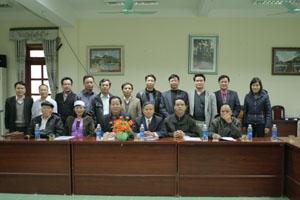 Cán bộ Viện Ngôn ngữ học và đại diện nguyên lãnh đạo huyện, các ban, ngành huyện Kim Bôi tại buổi tọa đàm lấy ý kiến xây dựng bộ chữ Mường tại Mường Động.