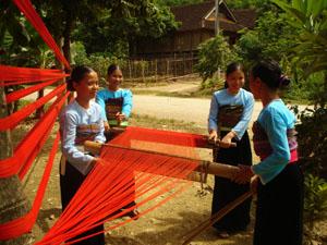 Người dân xã Chiềng Châu giữ gìn và phát huy nghề dệt thổ cẩm. ảnh:P.V