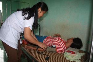 Bác sĩ Bùi Thị Huyền, trạm y tế xã Mỹ Hòa (Tân Lạc) chăm sóc bệnh nhân.