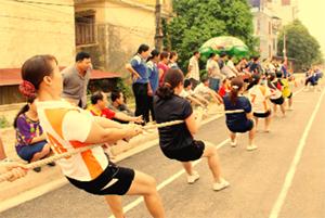Môn kéo co luôn thu hút nhiều người tham gia và đòi hỏi tính đoàn kết cao của cả đội để giành chiến thắng.
