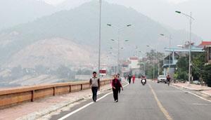 Đường đê Đà Giang được nâng cấp, thu hút đông đảo người dân TP Hòa Bình đi bộ để rèn luyện sức khỏe, thư giãn.