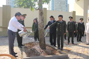 Các đồng chí lãnh đạo tỉnh, Bộ Công an, Công an tỉnh tham gia trồng cây tại khuôn viên trụ sở Công tỉnh.