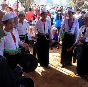 Trình tấu cồng chiêng tại Lễ hội đình Cổi.