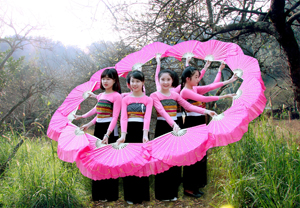 Học sinh trường dân tộc Nội trú THCS Mai Châu biểu diễn văn nghệ tại xã Hang Kia.  ảnh: Quốc Dũng (TTV)