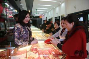 Từ 7h sáng sớm ngày 17/2, khách hàng đã có mặt tại cửa hàng vàng bạc Liên Trọng mua vàng cầu may.