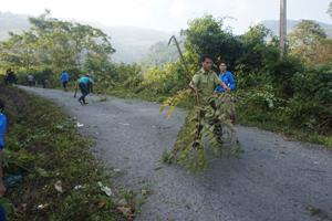 Cán bộ Ban quản lý Khu bảo tồn thiên nhiên Phu Canh phát dọn đường và hành lang bảo vệ rừng tại xã Đoàn Kết, Đà Bắc.