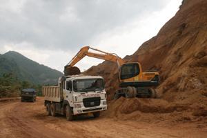 Mỗi năm nhà nước đầu tư hàng trăm tỷ đồng vào hệ thống đường giao thông trên toàn địa bàn huyện Đà Bắc. Trong ảnh: thi công đường 433 lên huyện Đà Bắc