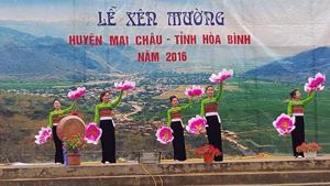 Một tiết mục văn nghệ biểu diễn trong Lễ Xên Mường huyện Mai Châu năm 2016.