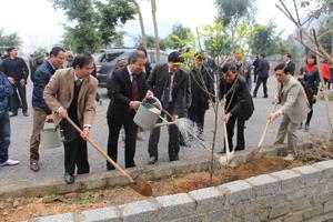 Các đồng chí lãnh đạo trồng cây lưu niệm tại khuân viên đền Rem.