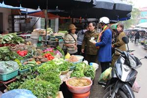 Lực lượng QLTT Đội 1 (thành phố Hòa Bình) nắm bắt diễn biến giá cả thị trường sau Tết tại các chợ.