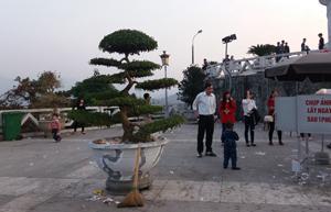 Mặc dù có thùng rác nhưng khuôn viên tượng Bác Hồ vẫn đầy rác.