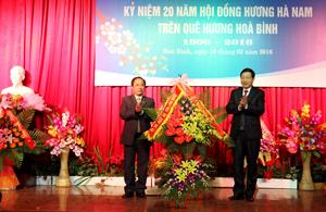 Đồng chí Bùi Văn Cửu, Phó Chủ tịch TT UBND tỉnh tặng hoa chúc mừng Hội đồng hương Hà Nam trên quê hương Hòa Bình tại buổi gặp mặt.