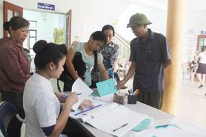 Bệnh nhân đến làm thủ tục khám, chữa bệnh bằng BHYT tại Bệnh viện Đa khoa huyện Kỳ Sơn.