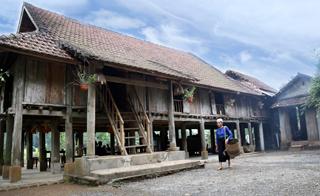 Ngôi nhà sàn truyền thống của gia đình ông Đinh Công Lon, luôn được du khách  lựa chọn thăm quan mỗi dịp đến xóm.