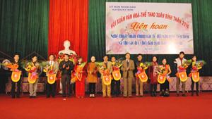 BTC trao cờ cho đại diện các đơn vị tham gia Hội xuân.
