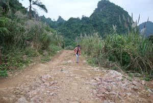 """Đường giao thông khó khăn, trắc trở là một trong những """"bước cản"""" thôn Suối Cái, xã Long Sơn phát triển kinh tế."""