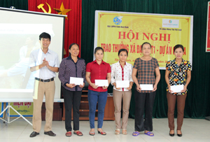 Đại diện lãnh đạo thành phố Hoà Bình trao thưởng cho các cá nhân tiêu biểu tham gia dự án cải thiện vệ sinh môi trường.