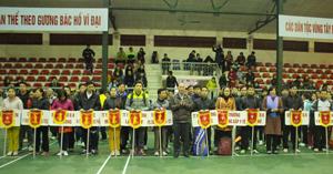 Ban tổ chức  trao cờ lưu niệm cho các đội tham gia thi đấu.