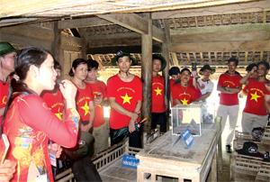Du khách về thăm Hoàng Trù - quê ngoại và là nơi sinh Chủ tịch Hồ Chí Minh.