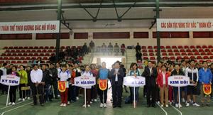 Lãnh đạo UBND tỉnh, Sở VH-TT&DL trao cờ lưu niệm cho các đoàn tham dự giải.