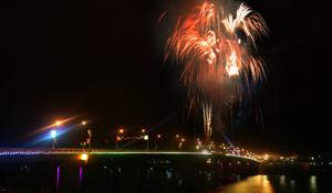 Lung linh đêm pháo hoa giữa lòng thành phố.