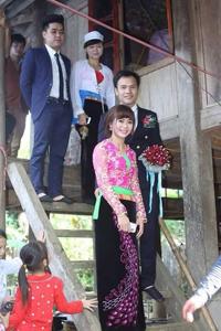 Thiếu nữ Mường Bi (Tân Lạc)   rạng rỡ với trang phục truyền thống trong ngày lễ vu quy.