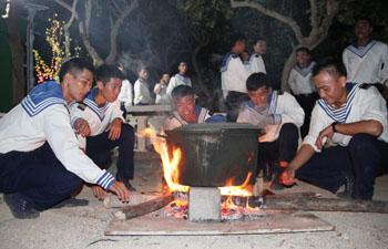 Ấm áp tình đồng đội trong không khí trông nồi bánh chưng trong đêm giao thừa sớm ở đảo Trường Sa lớn.