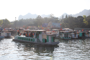 Cảng Thung Nai, huyện Cao Phong tấp nập tàu thuyền đón khách trảy hội đền Bờ.