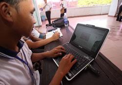 Sinh viên ĐH Bách khoa TP.HCM sử dụng USB 3G của MobiFone truy cập Internet -