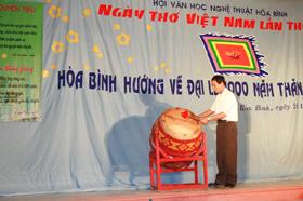 Đồng chí Nhị Hà, Phó ban Tuyên giáo Tỉnh uỷ đánh trống khai mạc đêm thơ Hoà Bình lần thứ VIII năm 2010.