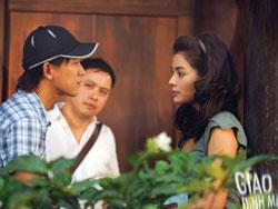Đạo diễn Victor Vũ (giữa) chỉ đạo diễn xuất cho Hứa Vĩ Văn và Vũ Thu Phương trong phim Giao lộ định mệnh