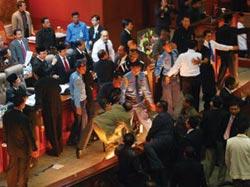 Hạ viện Indonesia náo loạn trong cuộc điều trần hôm qua
