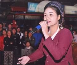 Nghệ sĩ Thanh Ngoan đang biểu diễn.