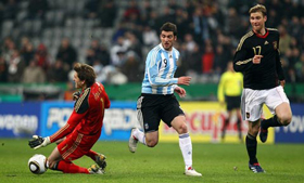 Higuain tận dụng sai lầm của Adler để ghi bàn mang về thắng lợi cho Argentina .