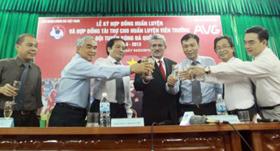 Lãnh đạo VFF, đại diện nhà tài trợ AVG và HLV Calisto nâng ly sau lễ tái ký hợp đồng.
