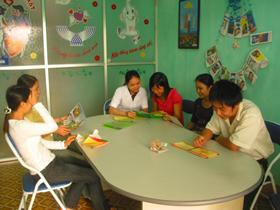 Thanh niên, vị thành niên được cán bộ y tế tư vấn SKSS.