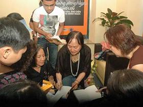 Nhà văn, đạo diễn Nguyễn Thị Minh Ngọc ký tặng người hâm mộ tại buổi giao lưu chiều 6-3