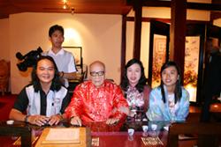Đạo diễn Đặng Quốc Việt (người ngồi đầu bên trái) thực hiện phim Chân dung về Giáo sư Vũ Khiêu, Anh hùng lao động thời kỳ đổi mới.