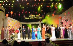 Lê trao giải Cánh diều vàng 2008.