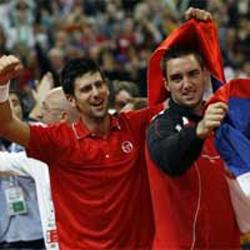 Novak Djokovic (trái) xuất sắc giúp ĐT Serbia đi tiếp