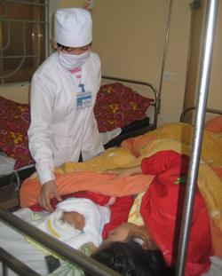 Cán bộ y tế Bệnh viện Đa khoa Lạc Thủy chăm sóc sức khỏe bà mẹ trẻ em