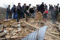 Nhân viên cứu hộ tìm người bị vùi lấp trong động đất ở Thổ Nhĩ Kỳ.