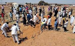 Tiến hành chôn cất tập thể các nạn nhân của vụ bạo loạn.