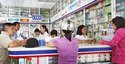 Người dân mua thuốc tại một nhà thuốc đạt chuẩn.