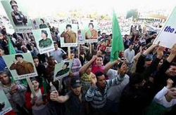 Người dân Lybia biểu tình trước sứ quán Thụy Sĩ ở Tripoli.