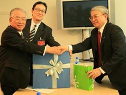 Bộ trưởng Hoàng Văn Phong (phải) tiếp đoàn đại biểu Nhật Bản bên lề hội nghị.