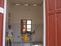 Phòng duy nhất có thể còn sử dụng được trong việc khám bệnh cho nhân dân cũng đầy vết nứt