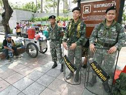 Binh sĩ Thái Lan đứng gác tại một con đường ở Bangkok