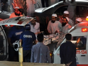 Các sinh viên, bị thương trong vụ đánh bom, điều trị tại bệnh viện ở Lahore.